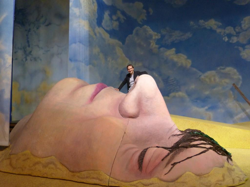 Gerald Resch genießt die Aussicht auf dem Gesicht des schlafenden Gulliver auf der Bühne in Dortmund