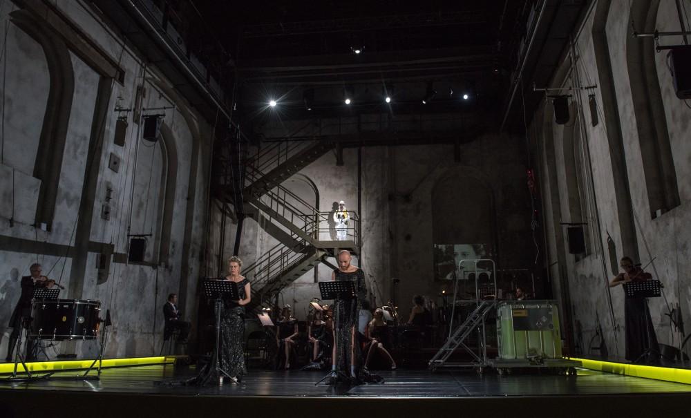 Caroline Peters als A und Niels Bormann als B sind die Protagonisten in Kein Licht. Fotos: Caroline Seidel/ Ruhrtriennale 2017
