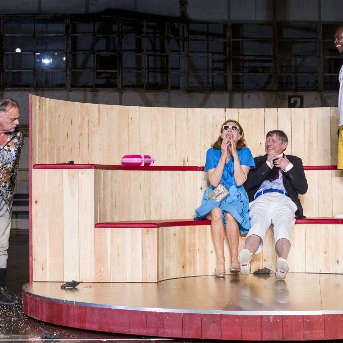 Eric Packer (Pierre Bokma) und seine Frau Elise (Elsie De Brauw) werden von Mörder Benno Levin (Bert Luppes) beobachtet. © Ben van Duin / Ruhrtriennale 2017