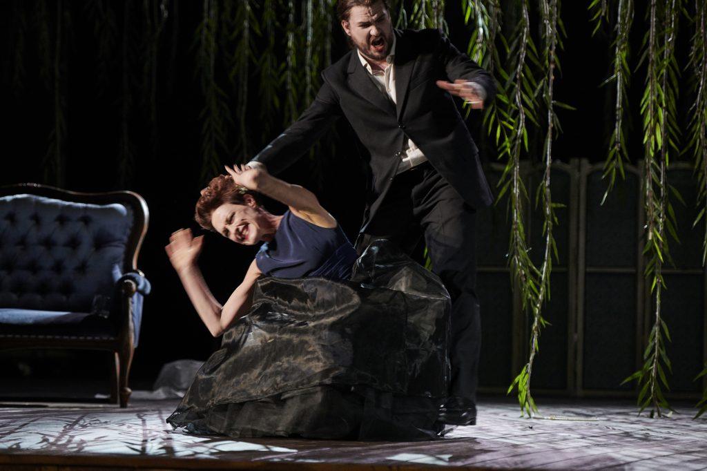 Gewalt auch gegen die/den Partner-/in: Die Marquise Merteuil und Vicomte Valmont. Foto: Theater Dortmund.