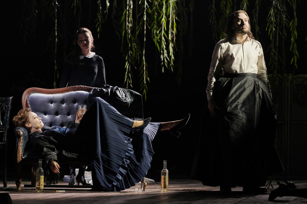 Gelangweilt vom Leben: Marquise Merteuil (Allison Cook) und Vicomte Valmont (Christian Bowers). Fotos: Theater Dortmund Premiere 18.04.2019 Quartett Oper in dreizehn Szenen von Luca Francesconi Libretto vom Komponisten nach dem gleichnamigen Theaterstück von Heiner Müller Frei nach Les liaisons dangereuses von Pierre-Ambroise-François de Laclos. In englischer Sprache mit deutschen Übertiteln Musikalische Leitung: Philipp Armbruster Regie: Ingo Kerkhof Bühne: Anne Neuser Kostüme: Inge Medert Institute for Research and Coordination in Acoustics/Music: IRCAM IRCAM Computer Music Design: Serge Lemouton IRCAM Computer Music Production: Benoit Meudic IRCAM Sound Engineers: Sébastien Naves, Luca Bagnoli Recording, editing and mixing of the choir and orchestra at La Scala: Julien Aléonard Tonabteilung Oper Dortmund: Friederike Peßler (Leitung), Günther Holtmann, Dominik Rosenthal, Olaf Krüger, Cord Hanken, Komay Alshoufi, Nils Hildebrand, Manuel Sperber Licht: Ralph Jürgens Dramaturgie: Laura Knoll Besetzung Marquise Merteuil: Allison Cook Vicomte Valmont: Christian Bowers