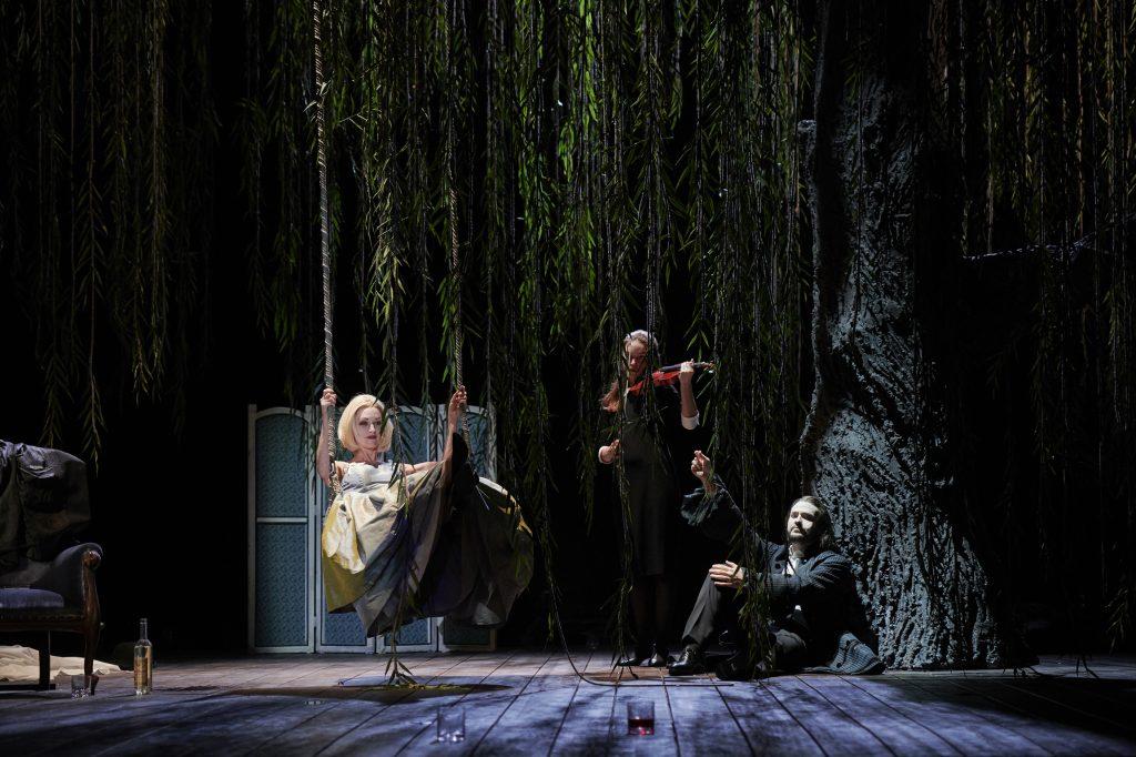 Die Marquise als Cécile auf der Schaukel (Allison Cook) und Vicomte Valmont (Christian Bowers). Foto: Theater Dortmund.